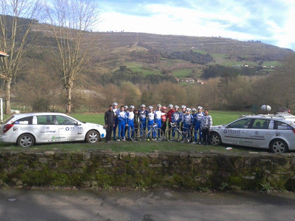 Foto de grupo con los coches