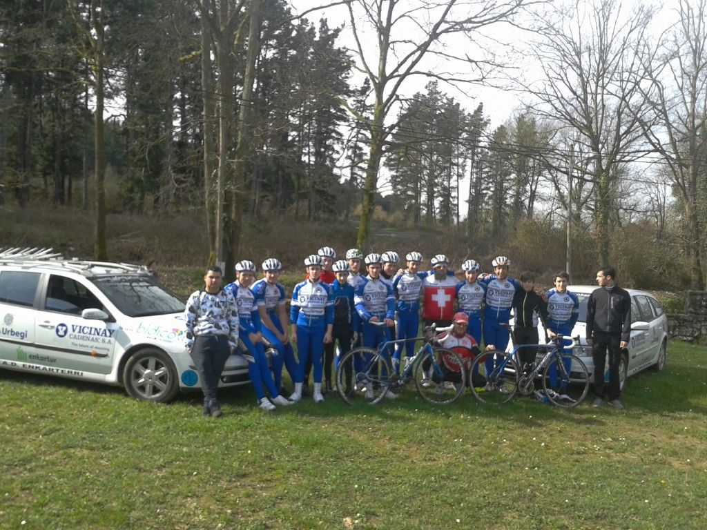 Foto del equipo con los coches