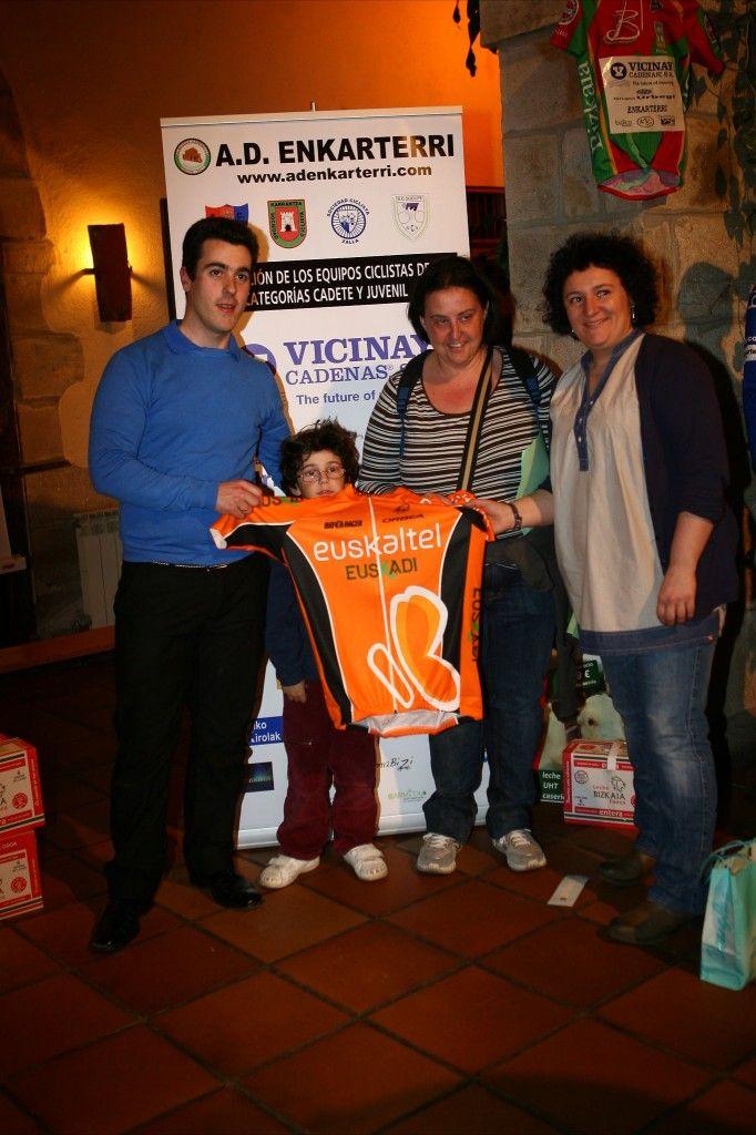 Jaime y Garmitxa con el maillots donado por el equipo euskaltel